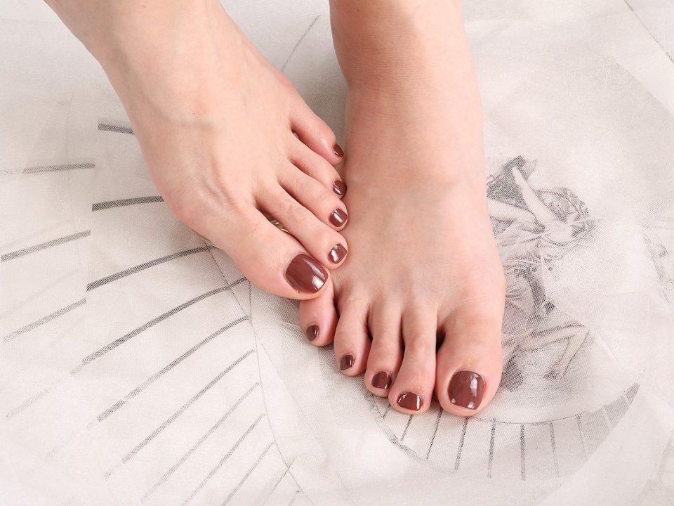 крака с лак на ноктите