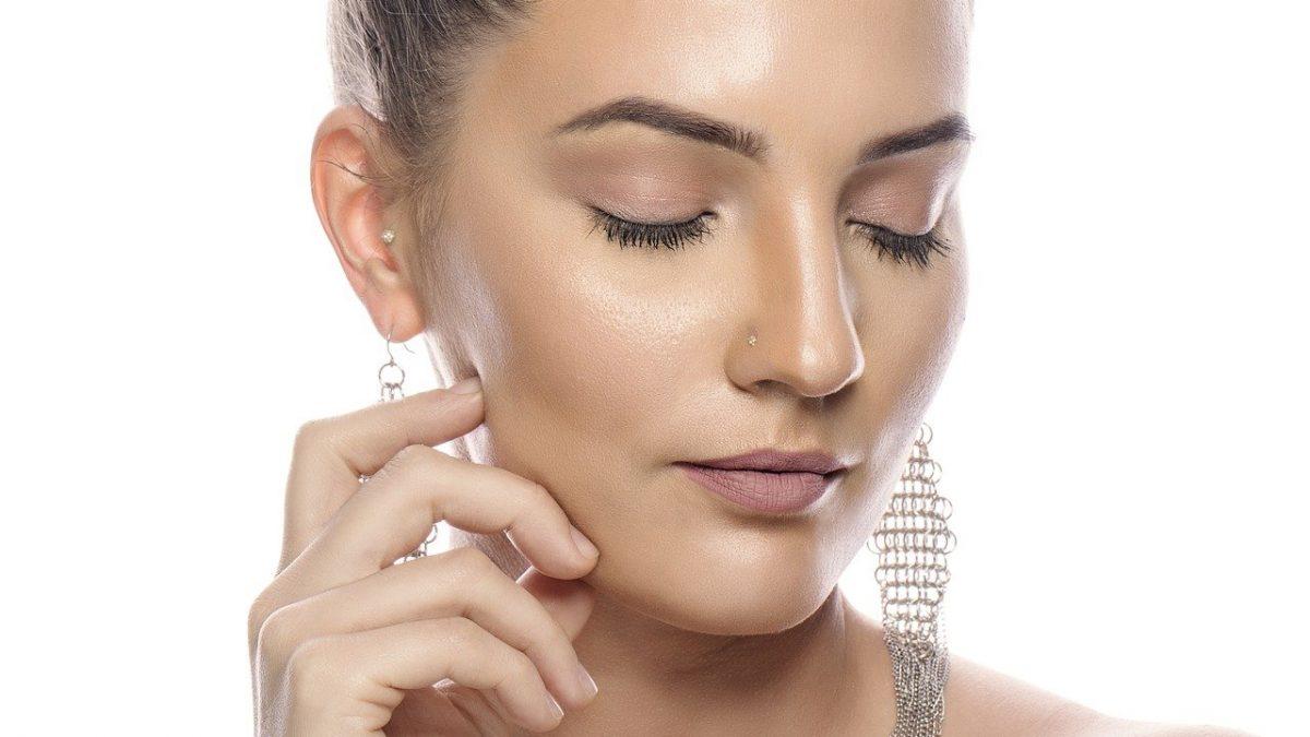 жена с чувствителна кожа на лице